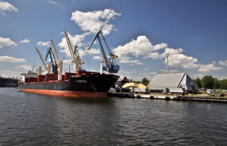 Greenpeace blocks Poland's coal imports at Gdansk